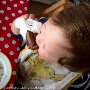 Child eating spare ribs -barnestyrt ribbespising